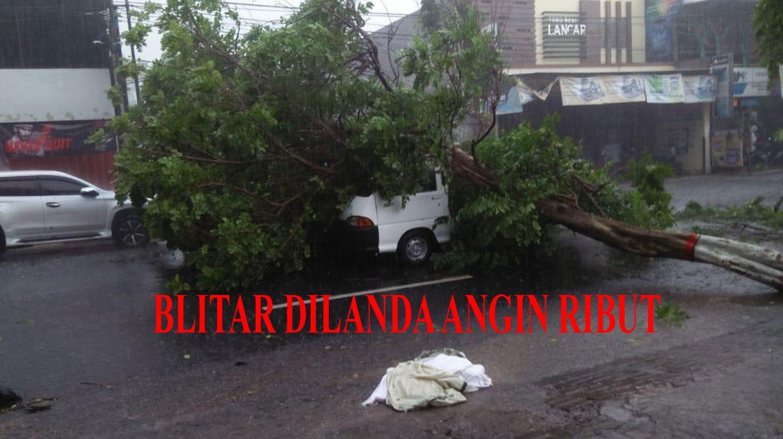 Angin Kencang disertai Hujan Deras Melanda Kota Blitar